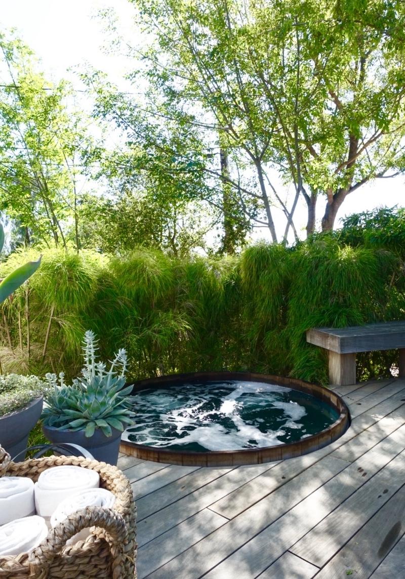 jacuzzi extérieur bois bassin arbres verdure revetement sol bois