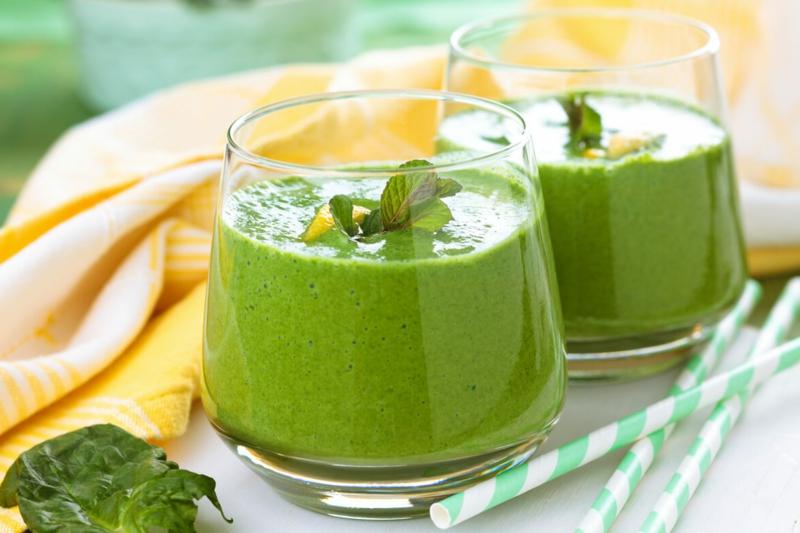 jus detox ventre plat le smoothie vert dans des verres larges