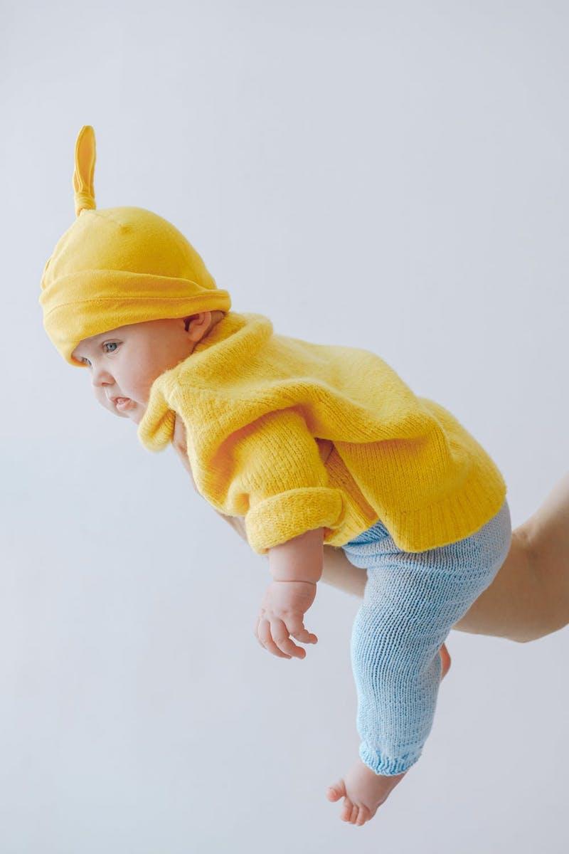 l armoire de bébé enfant habillé en bleu et jaune