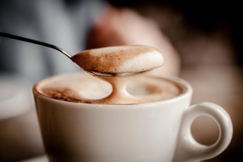 latte macchiato cappuccino dans une tasse blanche
