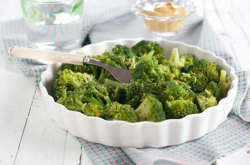 legume vitamine c brocolis dans une assiette blanche
