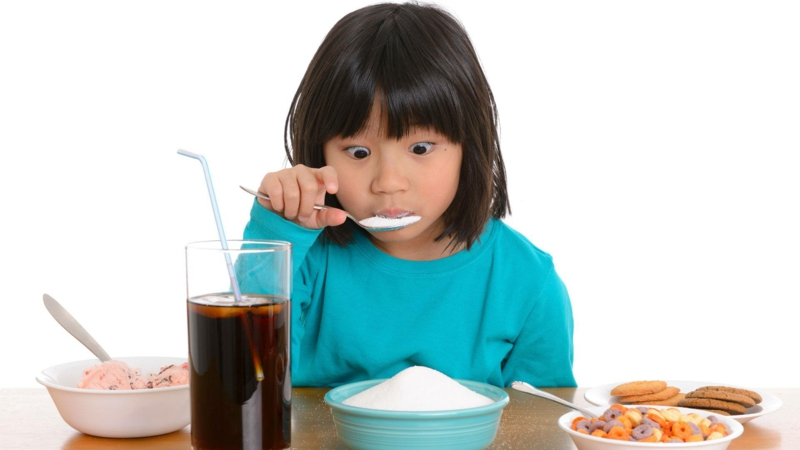 les pires aliments pour le foie un enfant qui mange du sucre