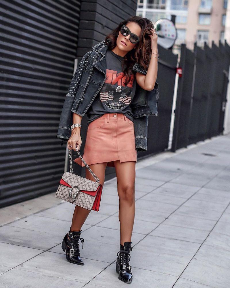 look casual chic femme 2021 jupe rose t shirt et veste noirs bottines noires