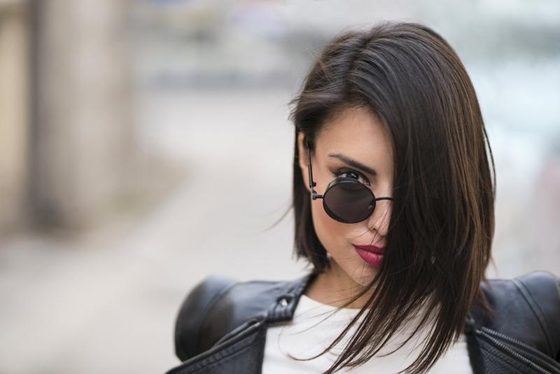 lunettes soleil rondes coupe courte femme moderne carré plongeant