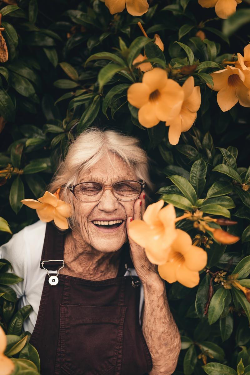 marche rapide vitesse une vieille dame heureuse
