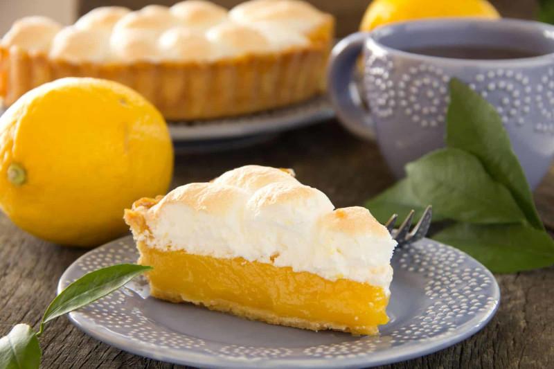 meringue pour tarte au citron morceau de gateau servi sur une assiette grise