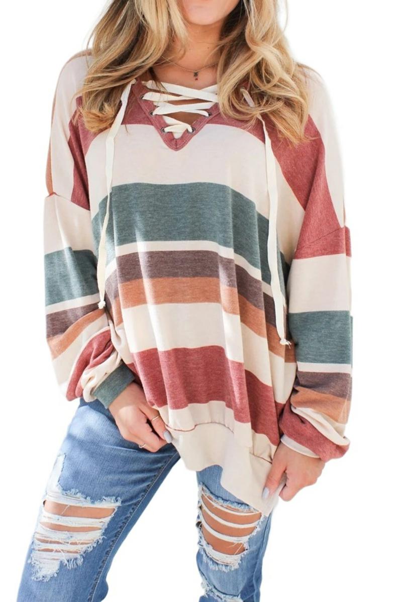 mode année 2000 ado sweatshirt subdimensionné multicolore avec des jeans