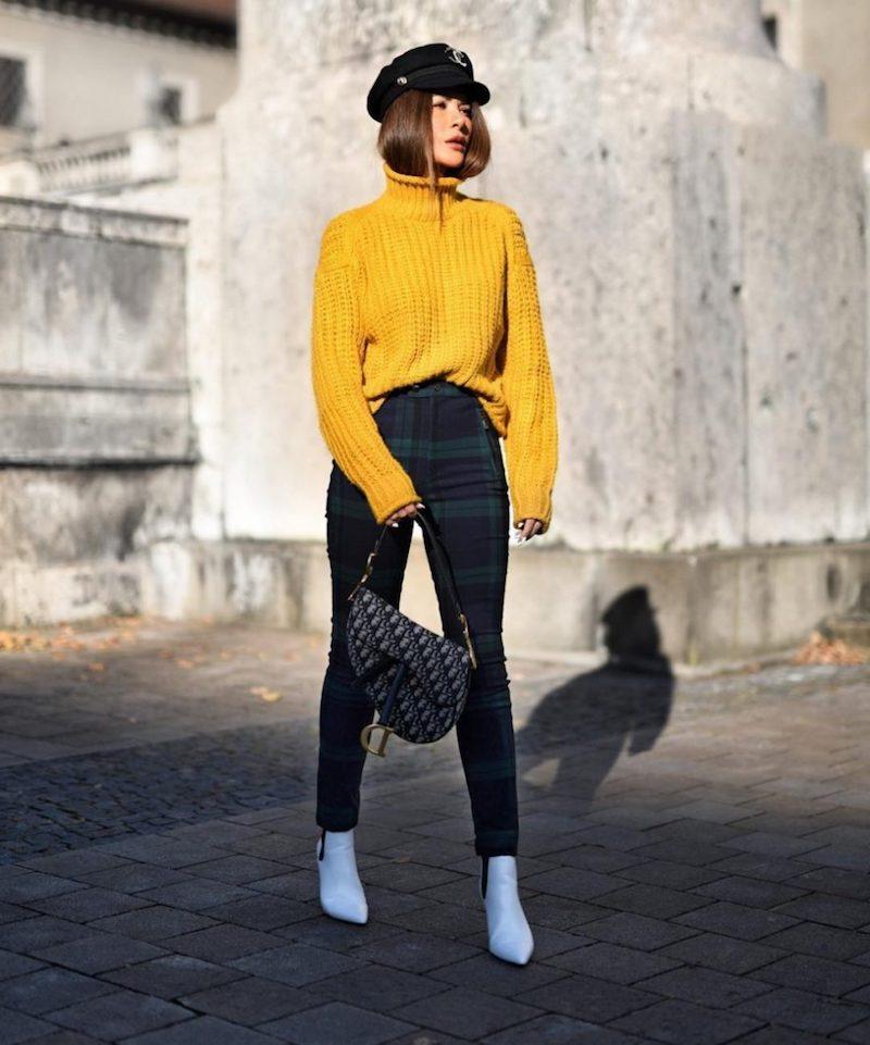 mode automne 2021 pantalon bleu vert pull jaune moutarde bottines blancs