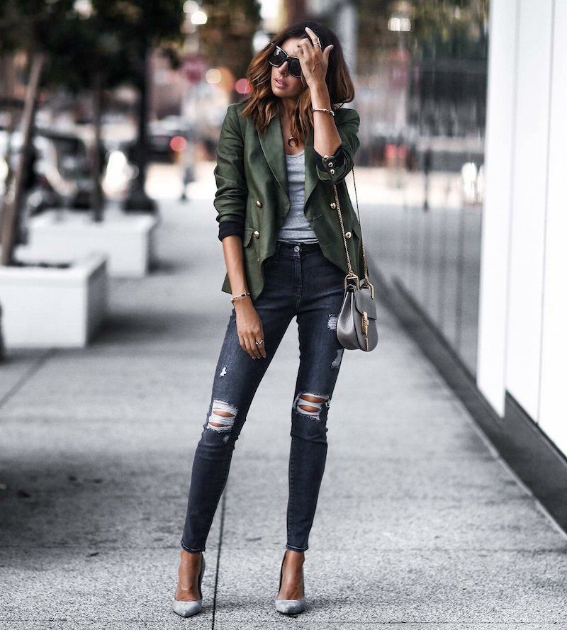 mode automne 2021 style casual chic femme en jeans déchirés et veste verte