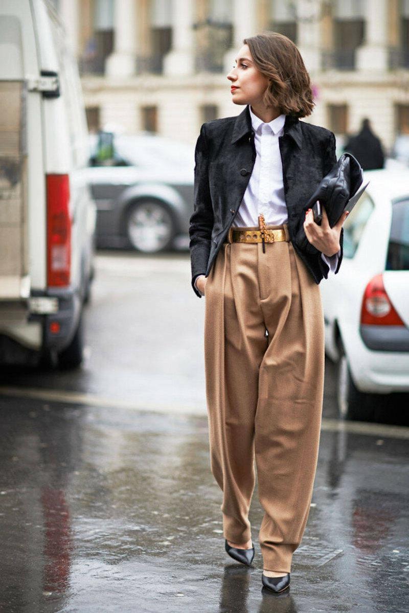 mode automne hiver 2021 pantalon caramel chemisier blanc veste noire