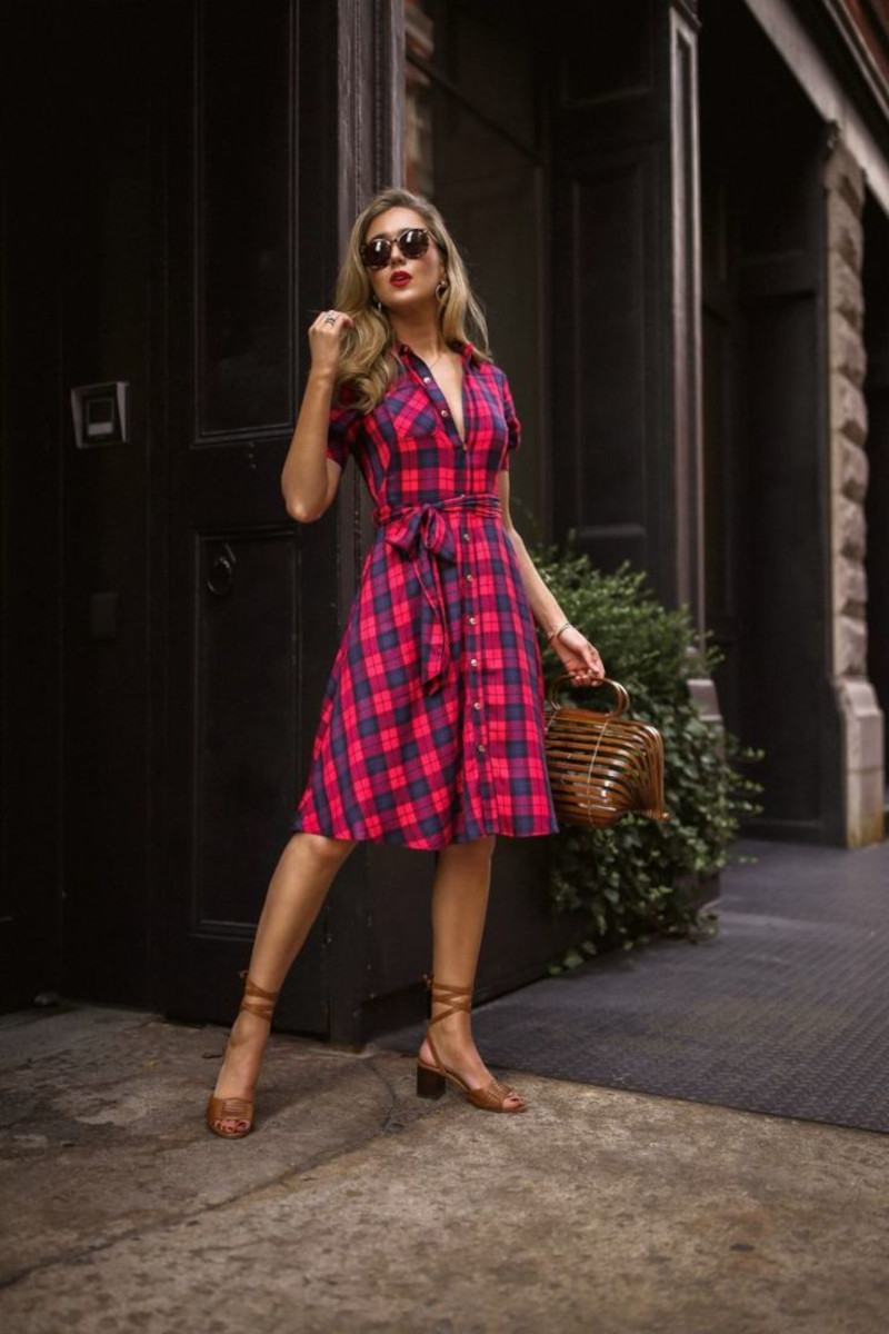 mode femme automne 2021 robe en carré jusqu aux genoux en noir et rouge femme aux lunettes de soleil