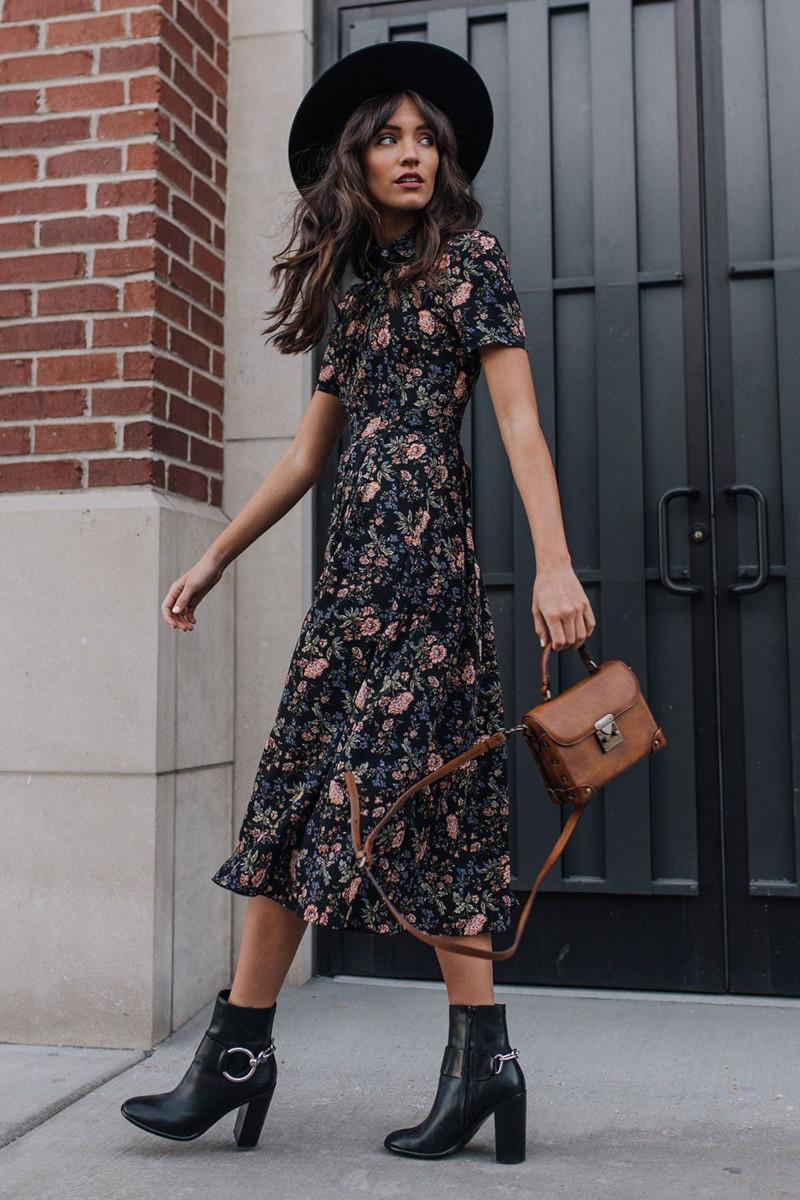mode femme automne 2021 robe noire fleurie bottines et chapeau a bord noirs