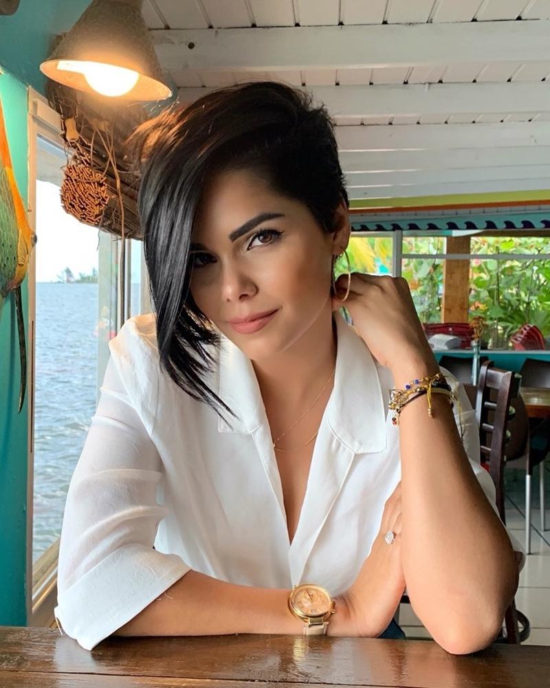 modele de coiffure courte chic couleur de cheveux noirs montre or