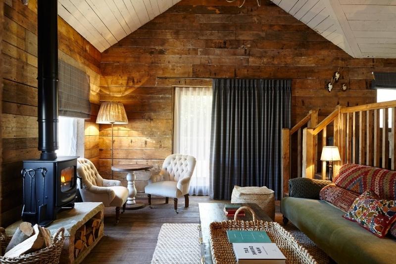 mur planches bois salon cocooning chic plafond bois blanc