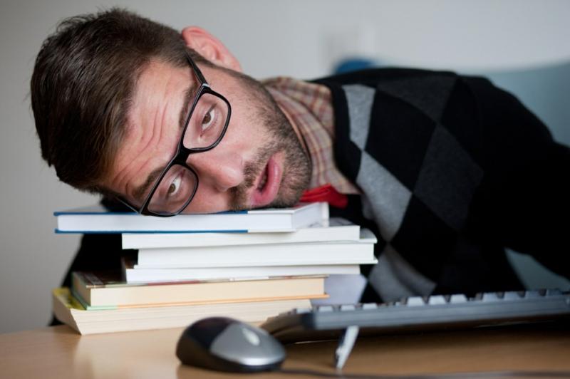 nettoyage du foie effets secondaires un homme très fatiguée qui dort