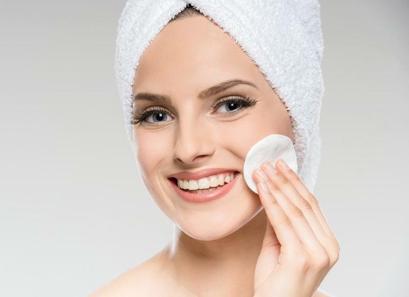 nettoyage du foie effets secondaires une femme qui nettoie son visage