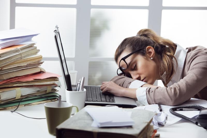 nettoyage du foie effets secondaires une femme très fatiguée qui dort