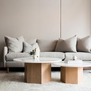 Comment nettoyer un canapé en tissu : 4 méthodes efficaces et des astuces en plus