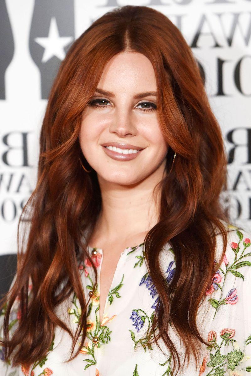 nuancier couleur cheveux femme en chemisier fleuri et maquillgae discret