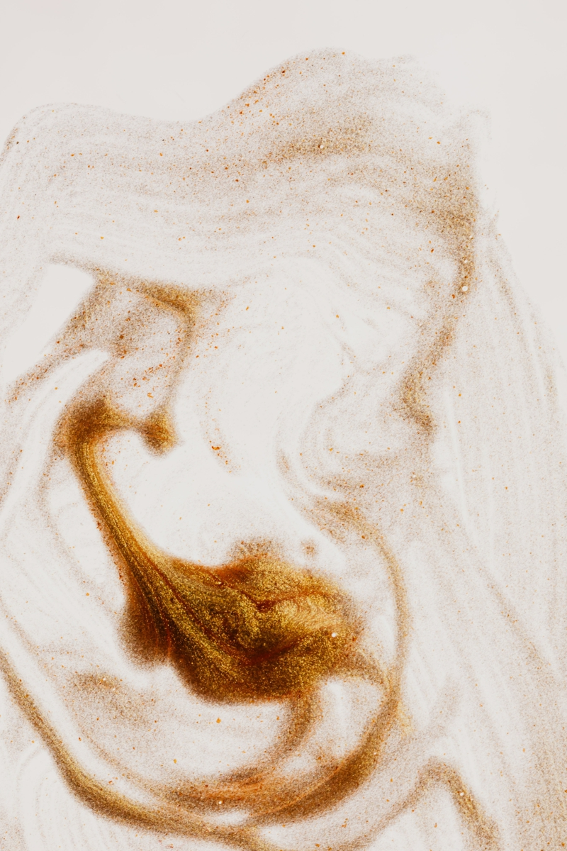 ongle beige et or la couleur dorée d l automne