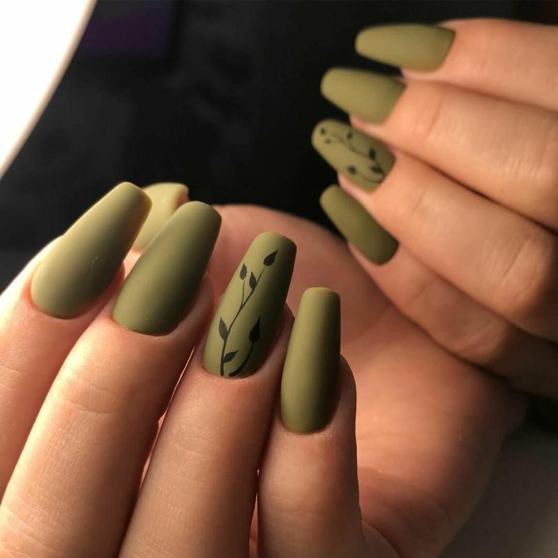 ongle kaki couleur verte sur les ongles longues