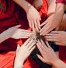 ongles en couleurs d automne plusieus femmes qui ont des manucures d automne