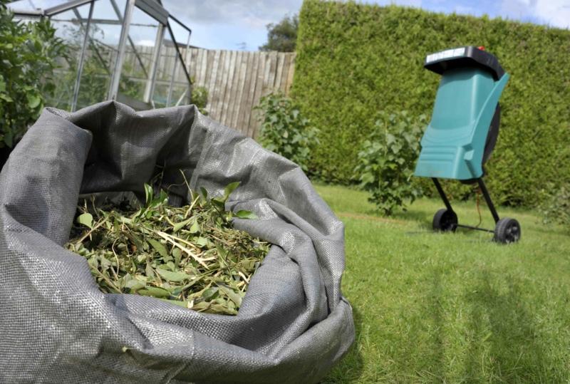 paillage végétal feuilles tombés vertes dans un sac en plastique