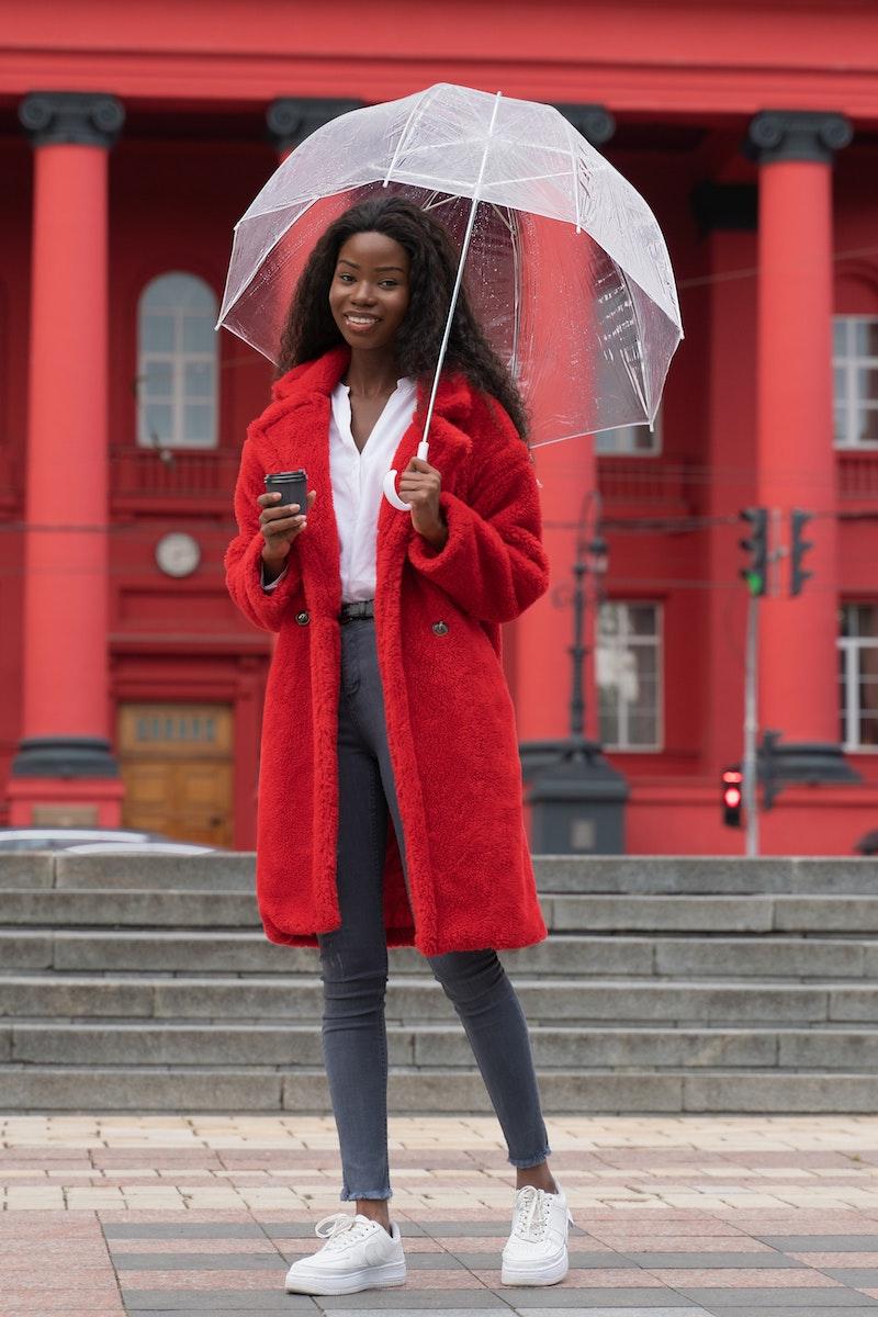 parapluie transparente pantalon gris manteau rouge comment s habiller quand il pleut