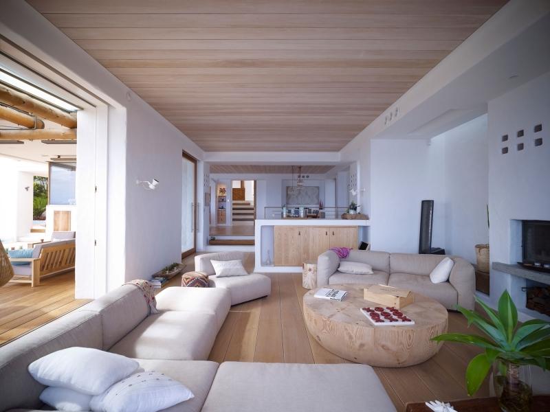plafond bois clair table ronde bois brut ambiance cocooning blanc et bois