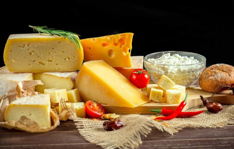 planche de fromage la variété des fromages français sur une planche