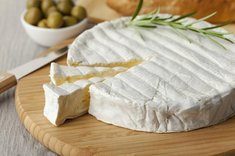 planche de fromage le fromage brie tranché par un couteau