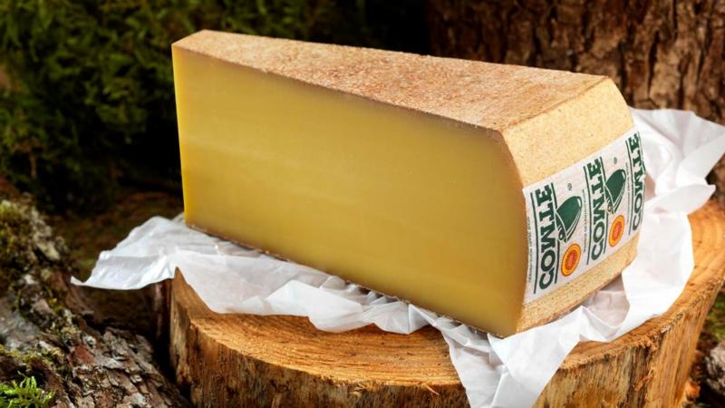 planche de fromage le fromage le comté sur une planche