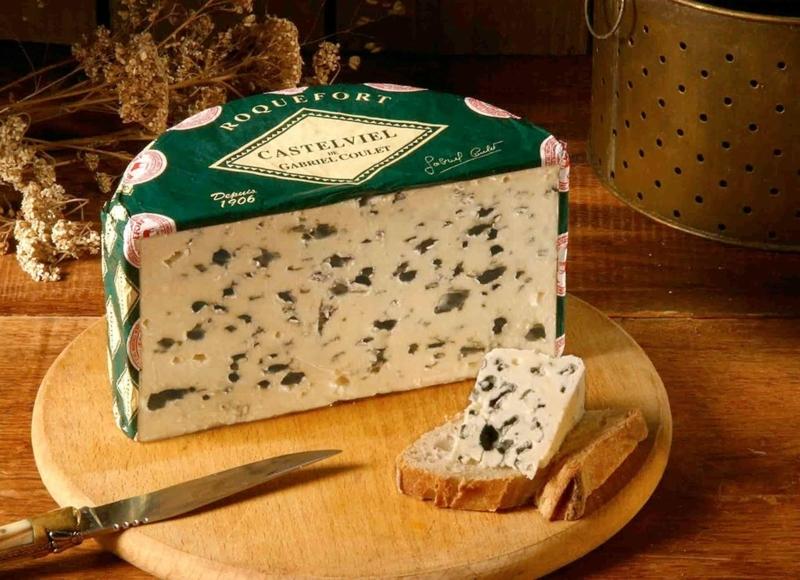 planche de fromage le fromage le roquefort sur une planche