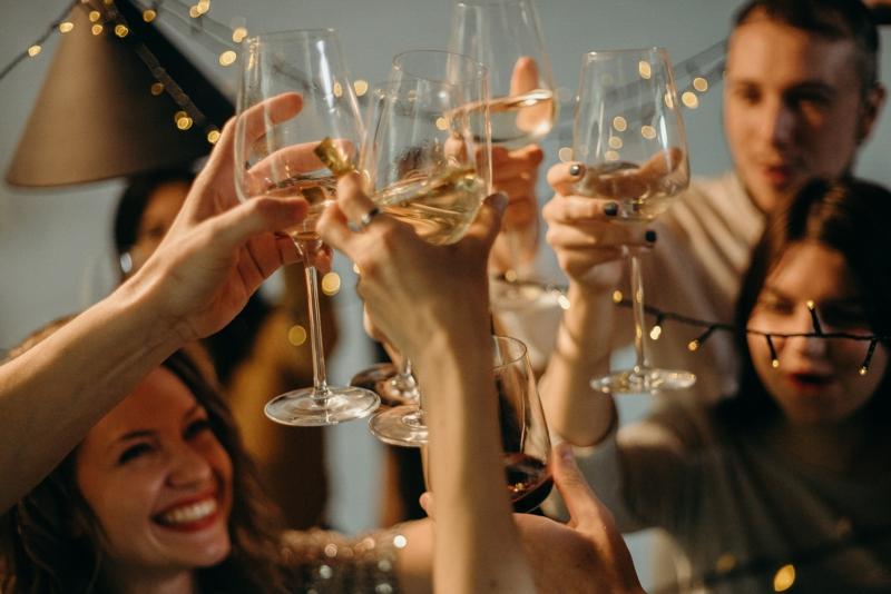 plateau charcuterie dinatoire boire du vin avec ses amis