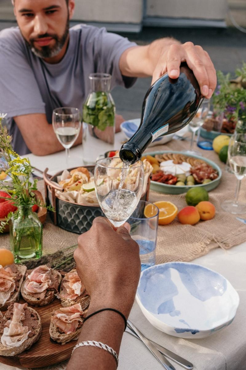 plateau charcuterie dinatoire verser du vin dans les verres