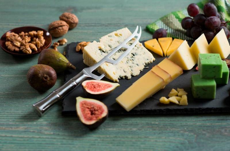 presentation planche charcuterie fromage couteau pour trancher du fromage