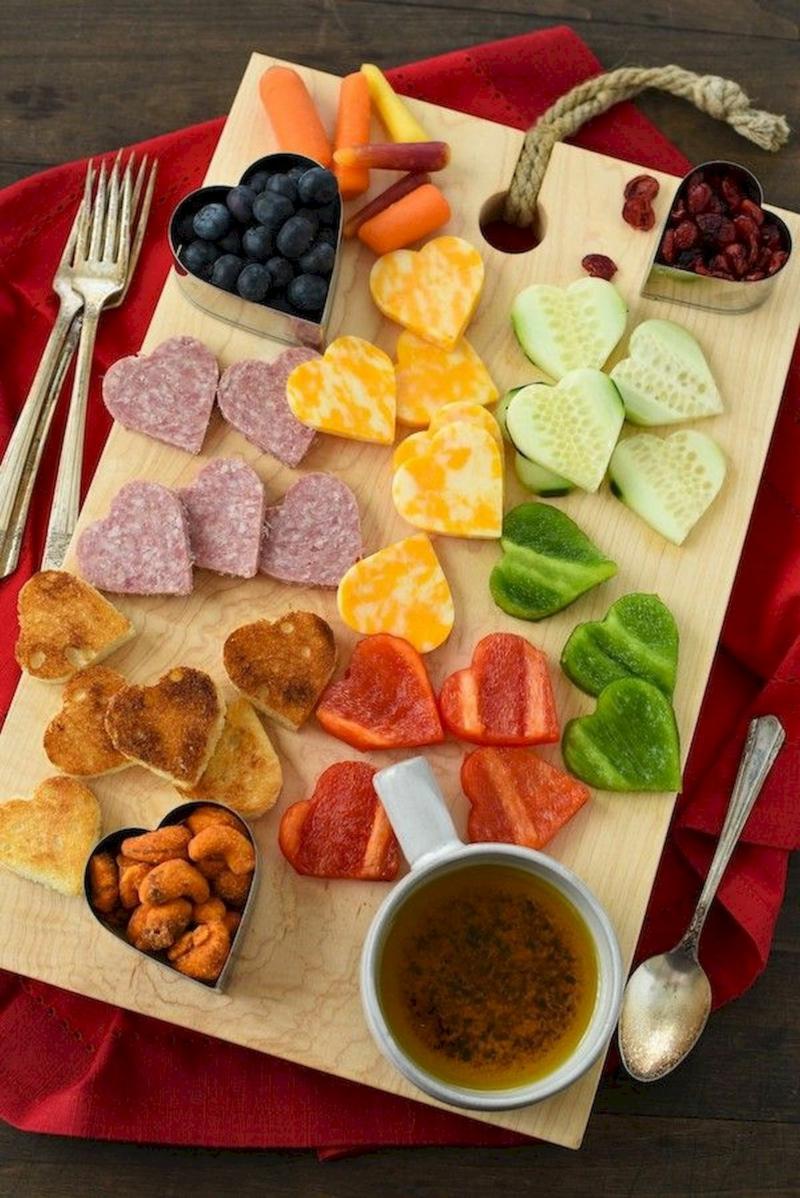 presentation planche charcuterie fromage une forme de coeur