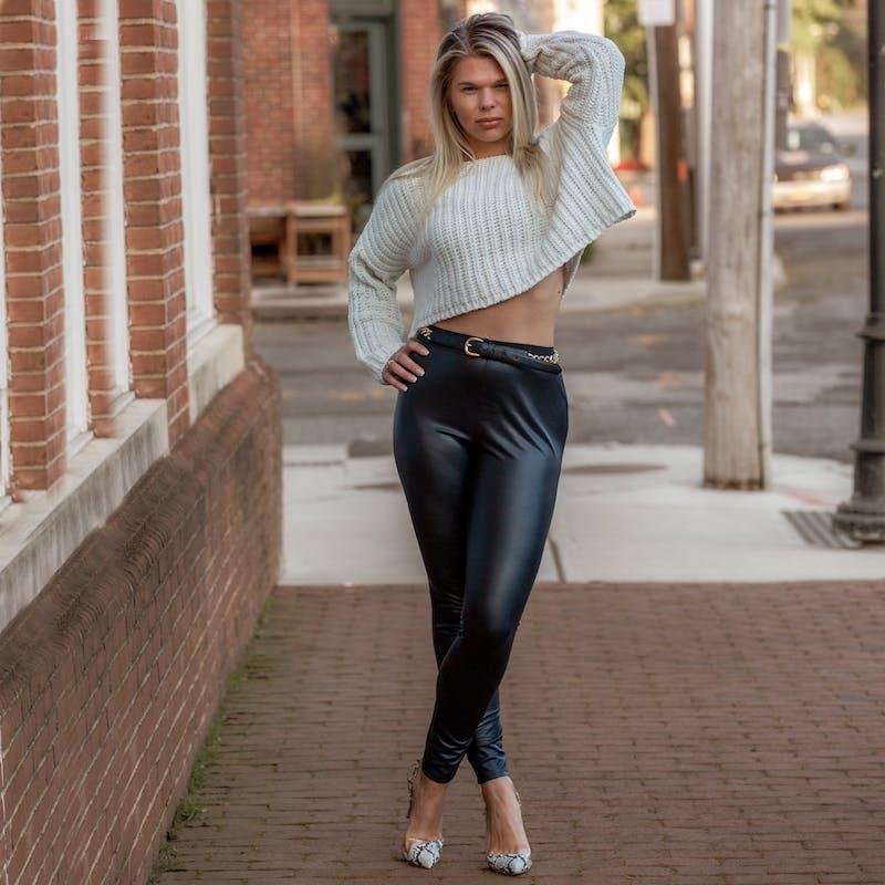 pull et pantalon cuir noir femme exemple tenue tendance femme 2021