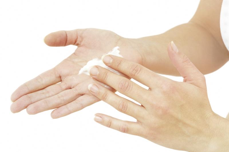 purin d ortie maison une femme qui applique de la crème sur ses mains