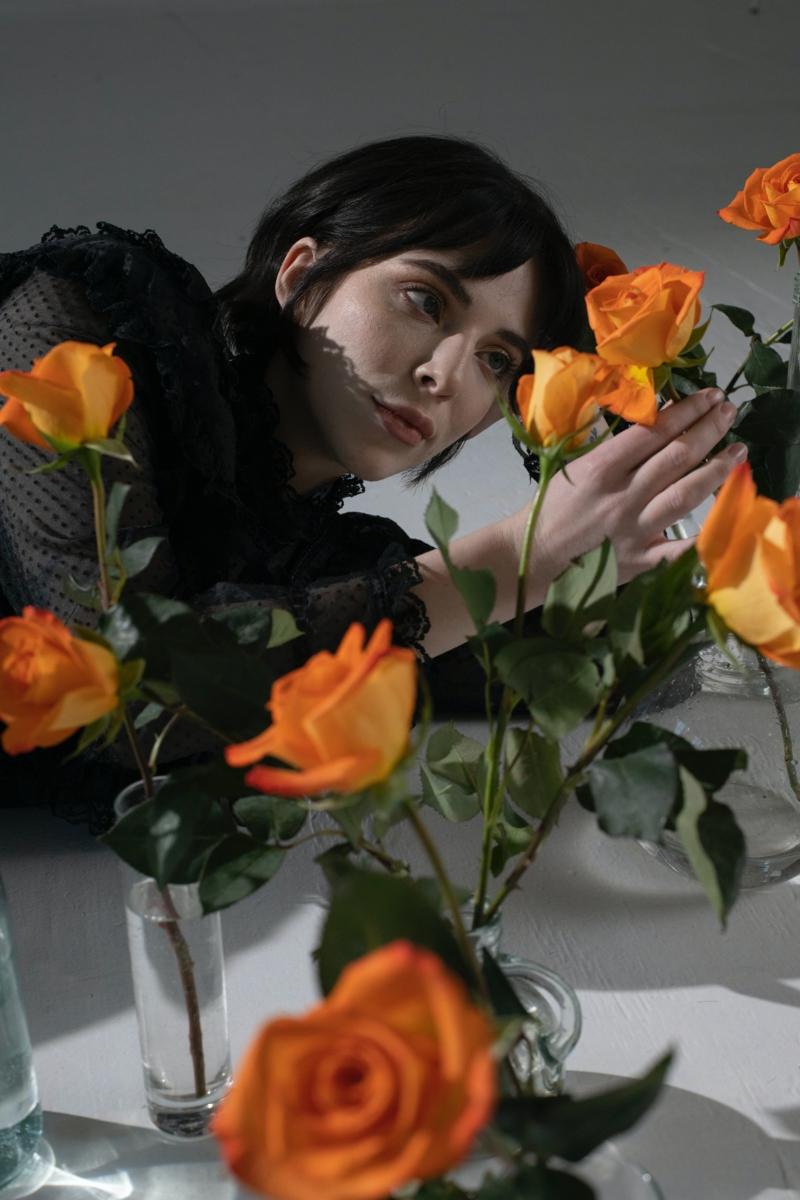 quelle couleur associer au gris foncé fleurs oranges