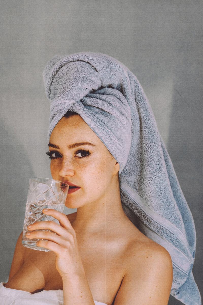 quelle couleur associer au gris foncé une fille après une douche