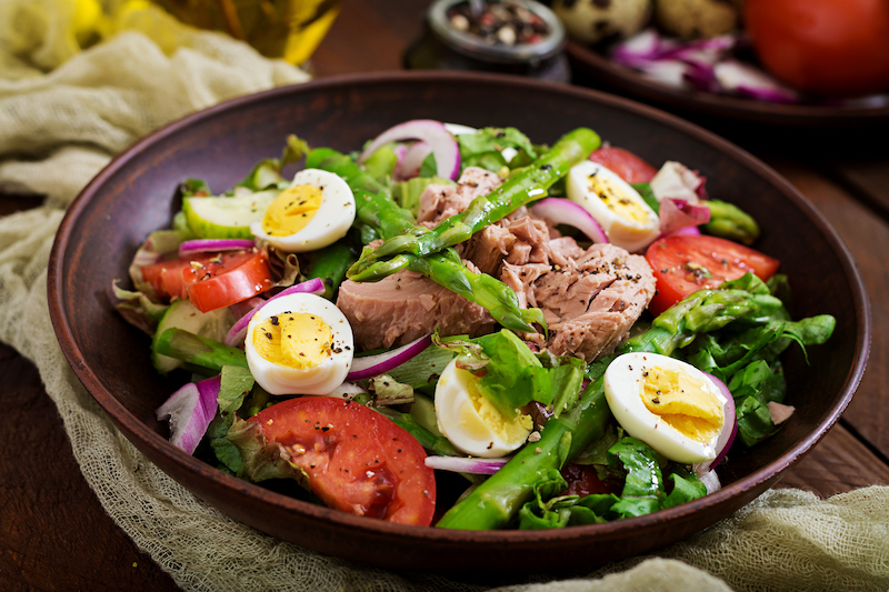 salade niçoise au thon, œufs, tomates et haricots verts
