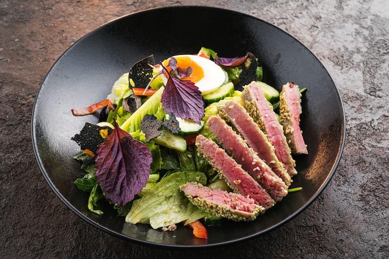 recette salade composée de légumes frais œuf et thon