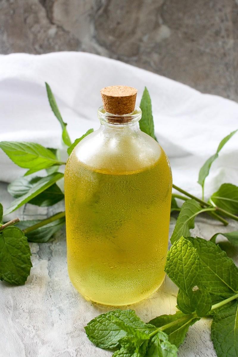 recette sirop de menthe maison avec des feuilles fraiches et du sucre dans une bouteille en verre