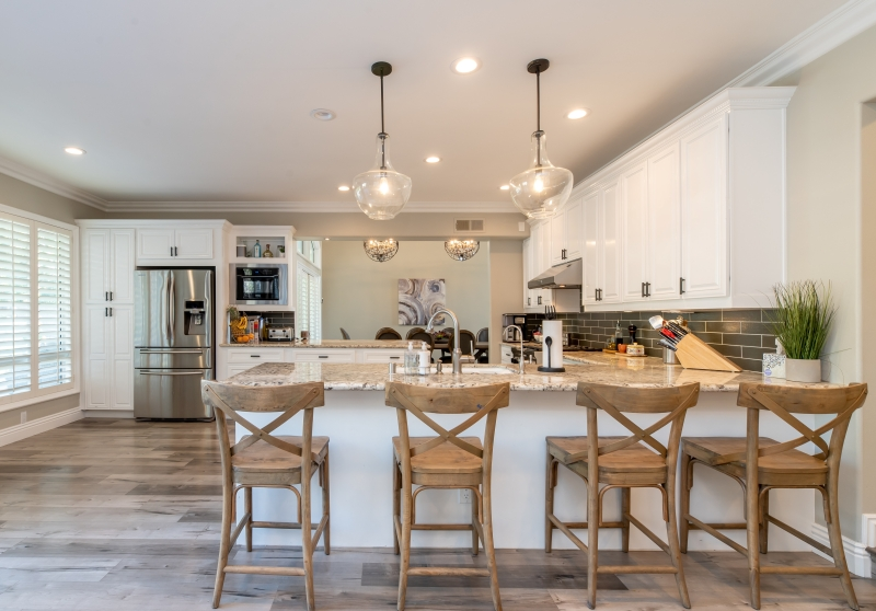 renover sa cuisine parquet bois meubles blancs éclairage spots led