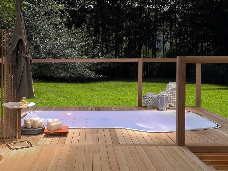 revetement bois terrasse table bois et métal aménagement de spa extérieur