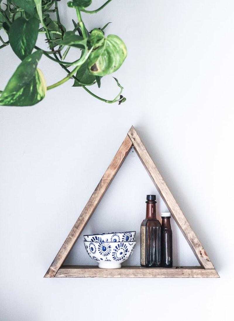 revetement mural bois étagère en triangle objets déco