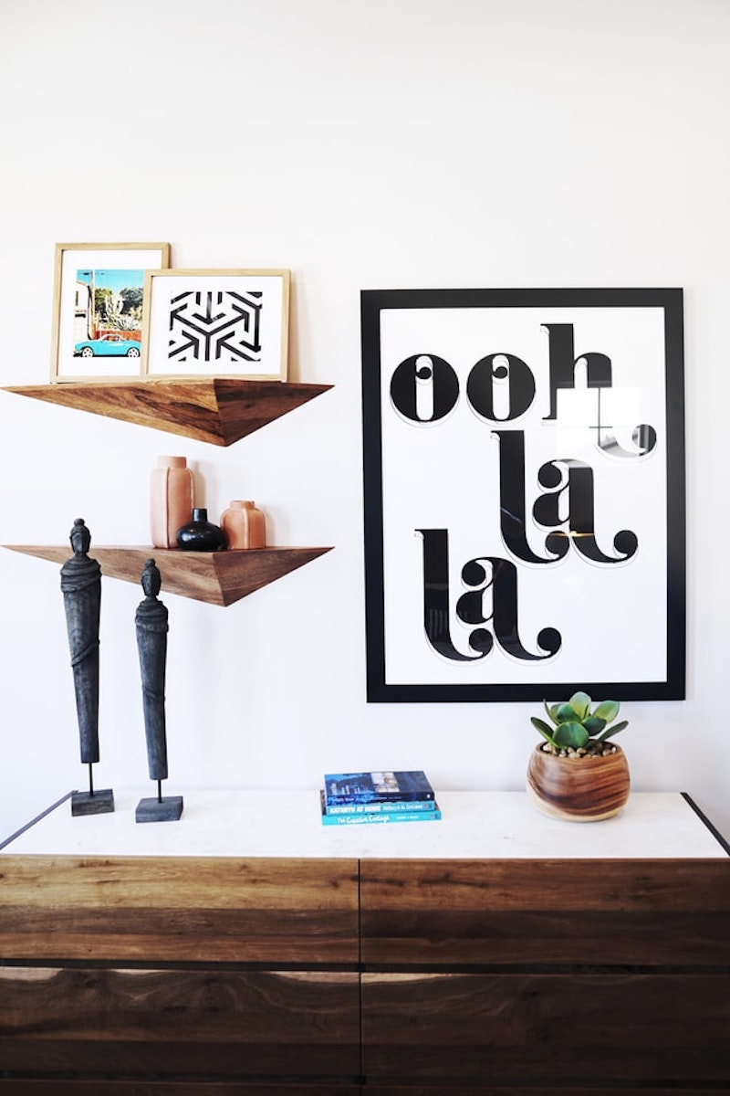 revetement mural bois étagères en bois originales cadre en noir