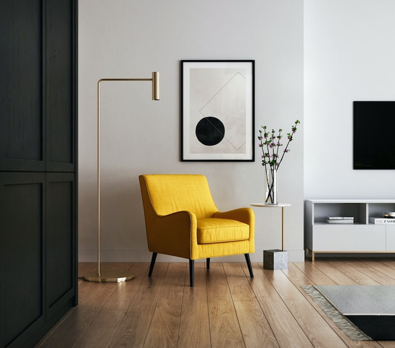 revetement mural fauteuil jaune en contraste avec un mur gris clair