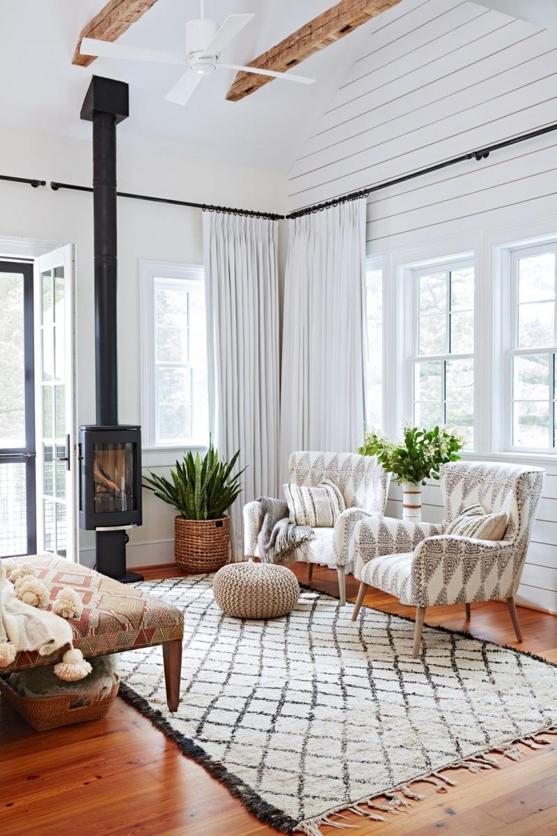 rideaux blancs deco salon scandinave poutre bois plafond ventilateur